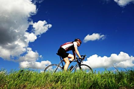 Sådan finder du den rette cykelhjelm til dit barn